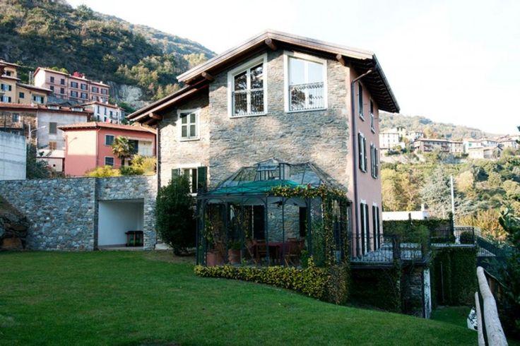 Net buiten het dorp Santa Maria Rezzonico, op 200 m. van het meer staat Villa la Dolce, een charmant vrijstaand vakantiehuis. Het drie etages tellende huis is halverwege de jaren negentig gerestaureerd. Aan het huis is een prachtige glazen serre gebouwd. De inrichting is stijlvol met veel antieke meubelen. In de grote omheinde tuin staan speeltoestellen en een klein opstaand zwembad van 3 x 6 m. U heeft vanaf hier een schitterend uitzicht op het meer. Wifi aansluiting aanwezig.