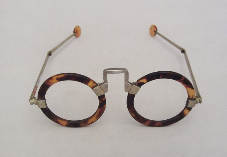 // Spectacles. Tortoise shell, England 1740-1770.