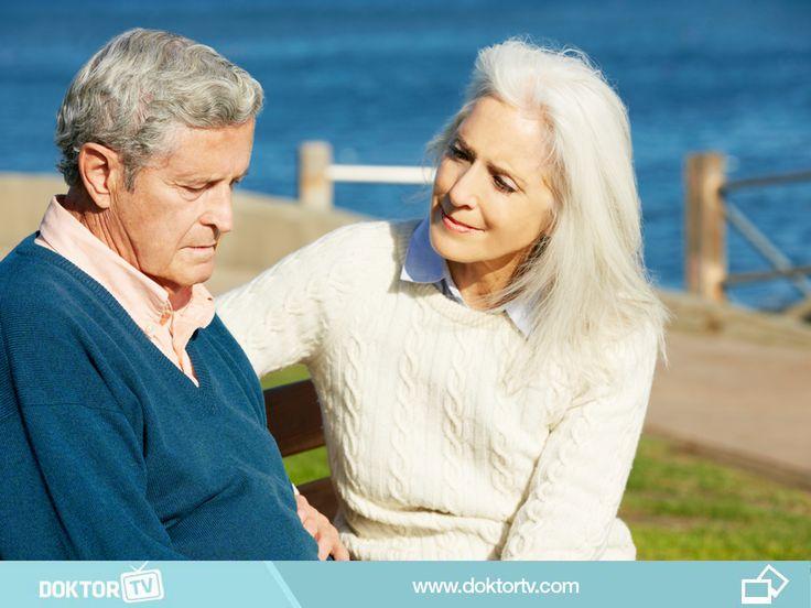 Alzheimer hastası ile konuşurken basit kelimeler ve kısa cümleler kullanılmalı, ses tonu hafif ve nazik olmalıdır.