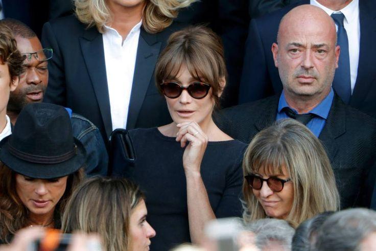 """C'erano tanti volti noti del cinema di ieri e di oggi ai funerali di Mireille Darc, attrice e per 13 anni compagna di Alain Delon. C'era, in nero e con gli occhiali scuri, Carla Bruni. E poi lo stesso Deloin in lacrime, e Claudia Cardinale. Mireille aveva 79 anni, alla notizia della sua scomparsa Alain ha detto: """"Era la donna della mia vita, perferisco aveva l'età che ho invece di avere 40 anni. Così non dovrò vivere troppi anni senza di lei, soffrendo. Lei, almeno, non soffre più. Riposa…"""