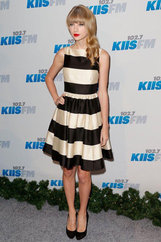 A diferencia de otras jóvenes celebridades, a Taylor Swift le interesa realmente destacar por su carrera profesional y no por sus estilos de moda. A esta artista siempre la vemos vistiendo de manera clásica y perfectamente coordinada. Aquí, con un vestido black & white de Kate Spade.