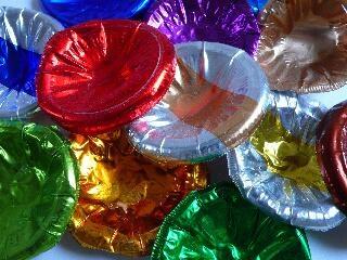 Weet je nog, de doppen van flessen zuivel? groen was van de yoghurt en rood van de karnemelk en zilver met geel was geloof ik van de gortepap