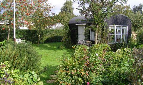 Kolonihaver, i en dansk kontekst kan man ikke snakke om dyrkning i byen uden at nævne kolonihaverne. I gamle dag var de små parceller helt nødvendigt for mange familier, for at få mad og vitaminer.  I dag tjener de oftest et rekreativt formål.
