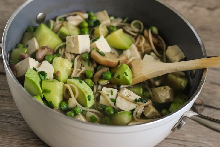 Модный One-Pot с овощами, спагетти и тофу