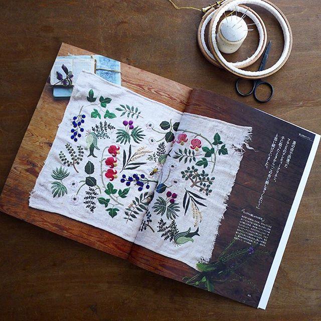 今日発売の「手づくり手帖 Vol.12早春号」、 愛しの花モチーフというテーマで巻頭と付録を担当しました。 去年の夏頃作っていた新作も、ドーンと載っています。 いろいろ美しく撮っていただきました。 刺繍の自由さや楽しさが読者に伝われば、こんな嬉しいことはありません。 是非、手に取ってご覧いただければ、、、。 #刺繍 #刺しゅう