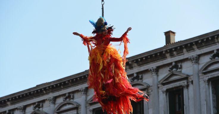 """Marianna Sereni faz o """"vôo do anjo"""" sobre a praça de São Marcos. O ato oficializa o início do Carnaval de Veneza (Itália)"""