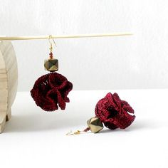 Orecchini pendenti rosso rubino e oro scolorito orecchini tessili