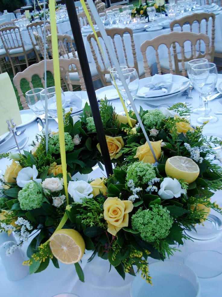 Wreath with lemons and flowers #centerpiece #flowers #lemon #wreathflowers #tabledecor #greekweddings #yuccaflowers #yellow