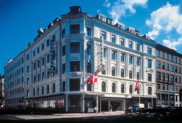 Hotel Absalon in Kopenhagen is een verzorgd 3-sterren hotel met een centrale ligging in de trendy wijk Vesterbro. Het Tivolipark ligt op ca. 600 m van het hotel. Dit park is het bekende en meest bezochte attractiepark van Scandinavië; met tal van attracties en restaurantjes. Het hotel beschikt over een lounge, internetcorner en telt 186 nette kamers. Het hotel ligt ca. 400 m van het centraal station en ca. 800 m van Strøget, dit is de langste winkelstraat van Europa. Officiële categorie ***