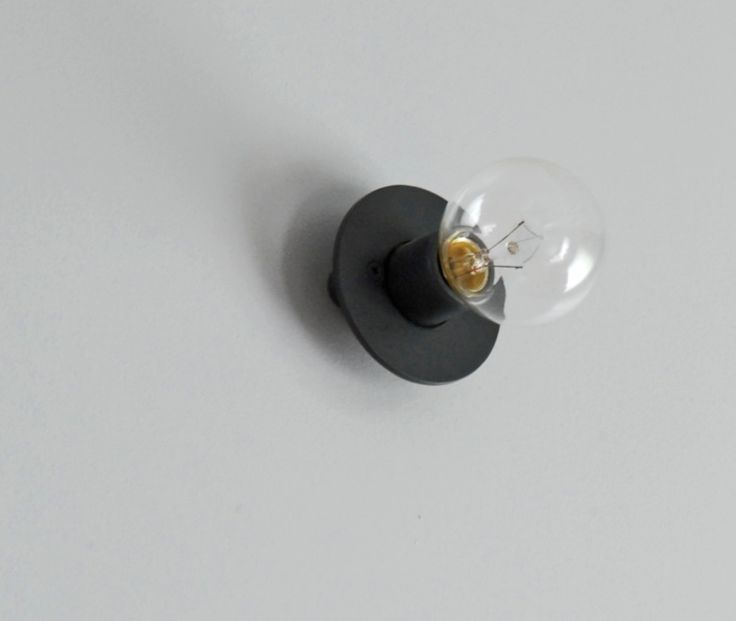照明は裸電球にアイアンの円盤を取り付けるという面白いアイデアのもの。建築家さんのアイデアです。気に入っています。玄関などを同じ塗料で塗ってもらいました。