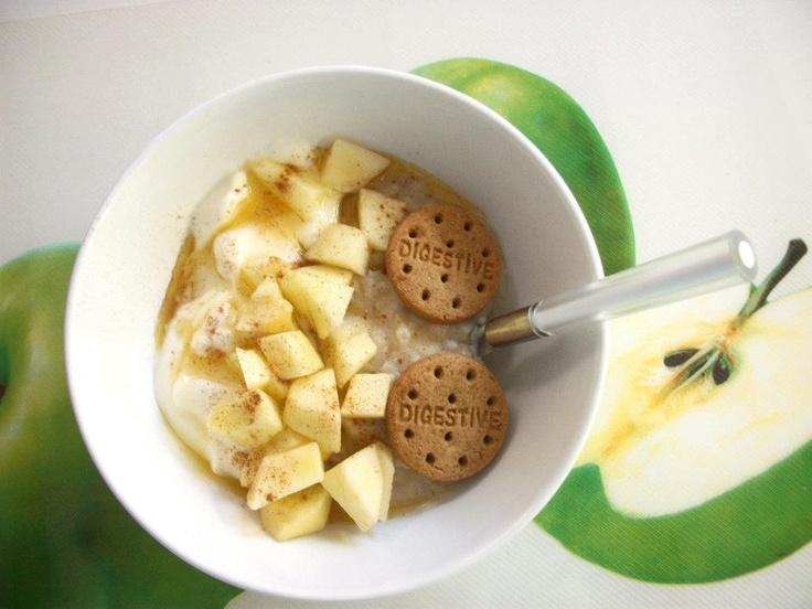 καλημέρα! Το πρωινό μου για σήμερα: βρώμη (20γρ) μαγειρεμένη με νερό (1/2 ποτήρι), κομματάκια μήλου. Από πάνω έβαλα ένα μικρό γιαουρτάκι (60γρ) με γεύση μπανάνα, το υπόλοιπο μήλο σε κομματάκια, 1 κουταλάκι του γλυκού μέλι, κανέλα και 2 mini digestive