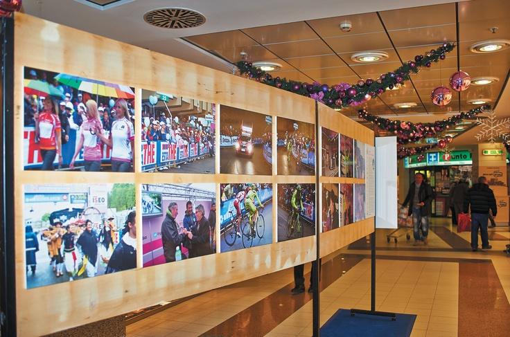 70 grandi immagini (opera per la maggior parte del fotografo lecchese Alberto Locatelli) degli eventi sportivi e culturali promossi dall'ottobre 2011 al settembre 2012 dal Comitato