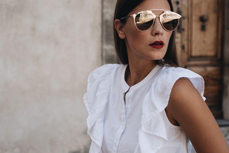 Nina Schwichtenberg trägt zu ihrer weißen Rüschenbluse eine reflected Sonnenbrille sowie roten Lippenstift von Dior. Mehr auf www.fashiioncarpet.com
