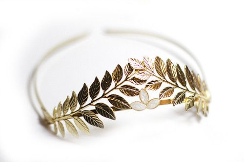 This stunning headband is made to bring out the goddess in you. Worn from the front the head, its decorated with two details Greek styled leaves on the front, accompanied by a few pearls to give it a