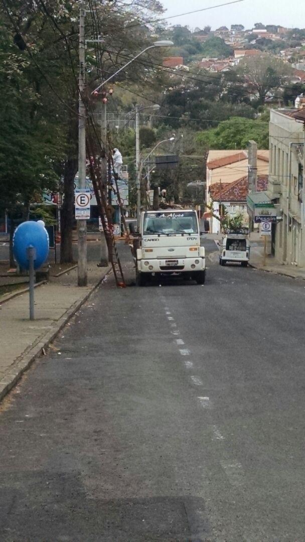 Uma empresa terceirizada que trabalhava na troca de fios da rede elétrica de postes na Praça do Paratodos, centro de Botucatu, foi atacada por abelhas africanizadas que estavam no local. Apesar da imensa quantidade, os funcionários não sofreram ferimentos, além de algumas ferroadas.  Os