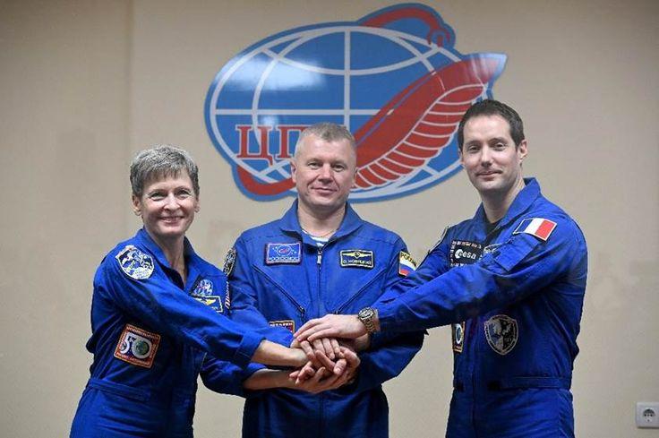 Eine russische Rakete hat drei Raumfahrer zur Internationalen Raumstation (ISS) gebracht. Die Sojus-Kapsel dockte mit dem Franzosen Thomas Pesquet, der US-Astronautin Peggy Whitson und dem Russen Oleg Nowizky an Bord erfolgreich an der ISS an.