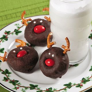 reindeer mini donuts (also shows snowmen made with mini powdered sugar donuts) - fun kids food craft