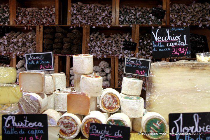 I veri protagonisti del #mercatino di #Natale #francese a #Torino sono gli stand enogastronomici: oltre ottanta i tipi di #formaggi, un'ampia gamma di #vini, #dolci, #biscotti bretoni, #cioccolatini
