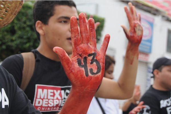Padres, alumnos de Ayotzinapa e integrantes de organizaciones sociales marcharon el pasado 26 de septiembre de 2015 en la ciudad de Iguala hasta el lugar donde fueron atacados los normalistas de la normal rural Raúl Isidro Burgos y donde se edificó un monumento en la memoria de los jóvenes asesinados a manos de la policía municipal un año antes. // Foto: Cuartoscuro.