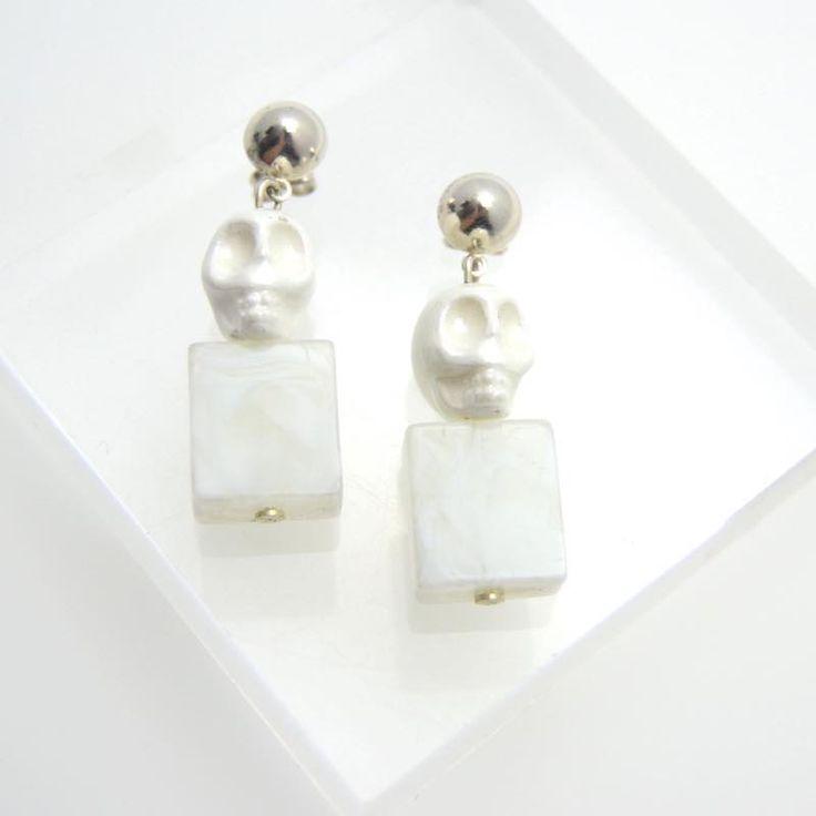 Pendientes colgantes en color blanco hecho con cerámica en forma de calavera