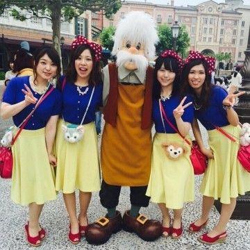 青のカーディガン×黄色のスカートで白雪姫風♡赤のサンダルも統一して本格的に◎ ディズニーのお揃いかわいいファッション スタイル 参考コーデ♪