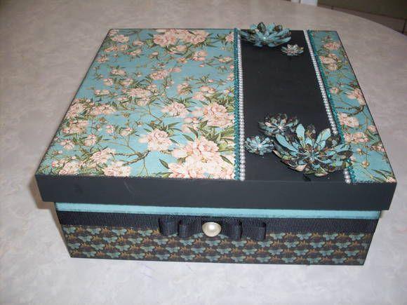 caixa em mdf revestida com papel de scrap com acabamento em fita e pedras de strass