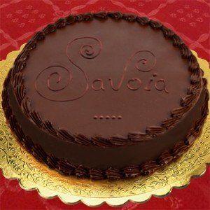 La ricetta della torta Savoia, torta a strati farcita con crema di cioccolato gianduia e glassata con cioccolato fondente tipica della pasticceria siciliana.