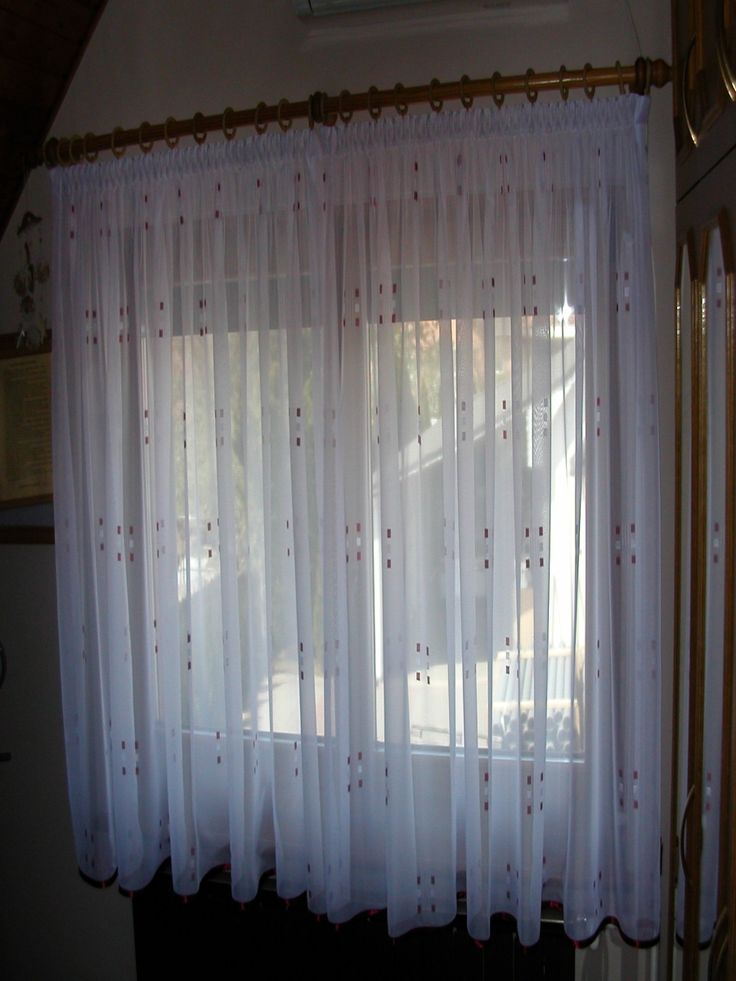 1–soros, 28 mm–es fa rúdkarnis mintás fényáteresztő függönnyel, alján ferdepánt díszítéssel