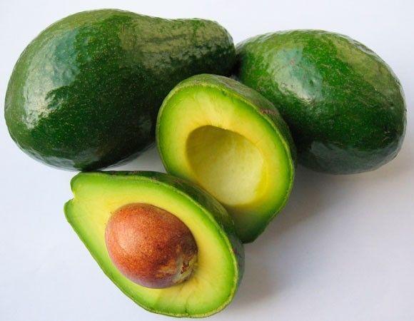 """Abacate Rica em ferro, magnésio e vitamina C, muitas pessoas acabam evitando essa fruta por causa do alto teor de gordura. Porém, o abacate é rico em gorduras boas, que aumentam o colesterol bom e diminuem o ruim. Além disso, ele ajuda a dar mais brilho e elasticidade à pele e aos cabelos. O abacate é um ótimo alimento, mas deve ser consumido com moderação e em pequenas quantidades, por ser muito calórico. """"É também benéfico para a saúde do seu intestino, uma vez que é rico em fibras."""