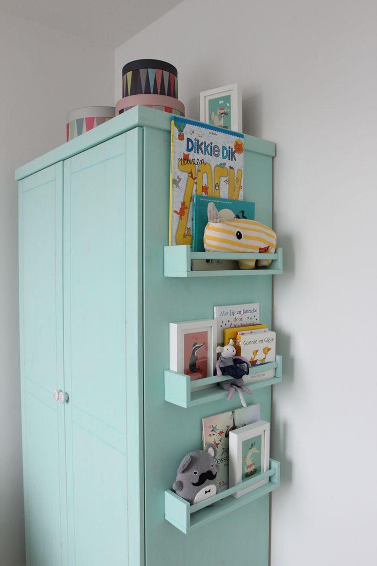 Diy nursery closet mint green chalk paint and ikea brackets - kast voor de babykamer mintgroen geverfd met krijtverf en ikea rekjes aan de zijkant