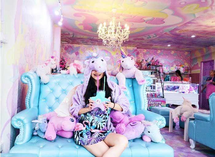 """Bangkok'da bulunan ve tek boynuzlu at anlamına gelen  """"Unicorn Cafe"""" renkli bir dekorasyon kullanılarak ilginç şekilde tasarlanmış… Detaylar ajanimo.com'da.. #ajanimo #ajanbrian #hayvan #animal #unicorn"""