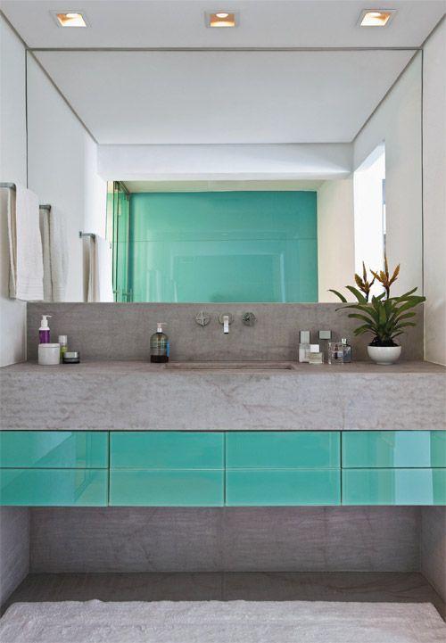 Além de compor a bancada de 1,75 m de comprimento, o quartzito recobre o piso, em placas de 85 x 85 cm, e o rodapé, de 40 cm de altura.: