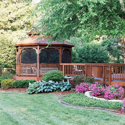 Dieses Deck Seite Pavillon sitzt unter einem bezaubernden Garten. Die Bildschirme halten die Insekten, die noch zu prüfen, die Blumen, aber nicht daran hindern, die Aussicht auf den schönen Pflanzen und Bäumen.