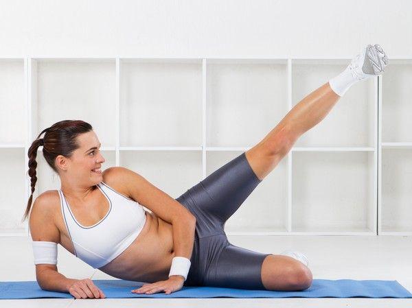 30 battements de jambes Cet exercice demande de pouvoir tenir sur une jambe sans perdre le sens de l'équilibre. Pour éviter de tomber, il faut fixer un point dans la pièce et rester concentré dessus.