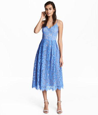 Blau. Wadenlanges Kleid aus durchbrochener Spitze mit schmalen, verstellbaren Trägern. Modell mit V-Ausschnitt, verdecktem Seitenreißverschluss und Naht in