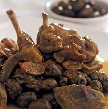 Παραδοσιακό φαγητό της Κρήτης, το οποίο συνδυάζει τις πράσινες τσακιστές ελιές με τις αγκινάρες και την υπέροχη σάρκα του κουνελιού. Με λευκή σάλτσα για ένα πιο ανάλαφρο αποτέλεσμα