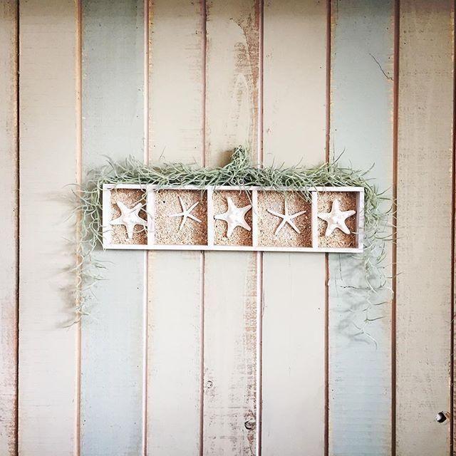 夏が近づき、お部屋も夏らしく模様替えしたい季節。安く経済的にお部屋の印象を変えたいなら、100円ショップで売っている紙粘土を活用するのがおすすめ!「スターフィッシュ(ヒトデ)」のモチーフを手作りしましょう♪紙粘土の成形だけで簡単にDIYできて、量産できるのでいろいろなお部屋のインテリアに使いまわせるんですよ。アレンジの方法も多いので、夏のお部屋におすすめの手作り雑貨です。ぜひDIYして下さいね。