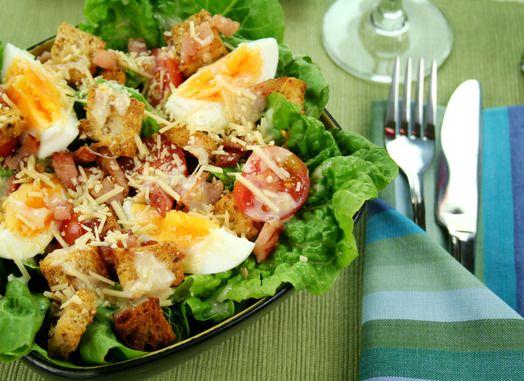 La tradicional ensalada BLT conocida por sus siglas como -Bacon, Lettuce, and Tomato- acompañada de aderezo César.