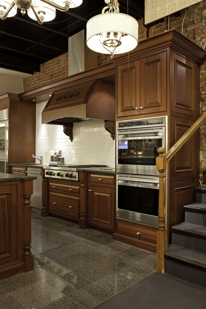 Live wolf kitchen display featuring pro rangetop double for Kitchen display