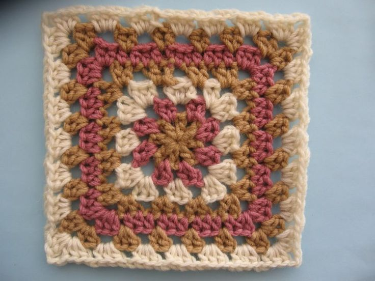 Piastrella granny with a good tutorial. Helps me a LOT. I am pretty new to the granny squares.