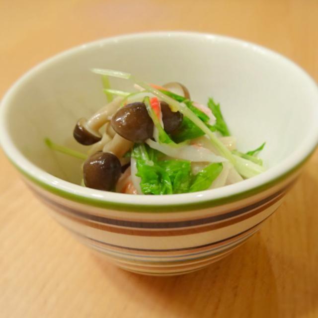 水菜1束 しめじ1パック カニカマ1パック をしめじは、お酒とそうめんの汁を少し入れて3分レンチン 水菜は、しんなりするくらい そのあと全部フォークで混ぜて別のボールにマヨネーズとわさびを混ぜて加減しながら加えて完了 美味しいです - 9件のもぐもぐ - 水菜のわさびマヨネーズあえ by ayakoigarapZ4
