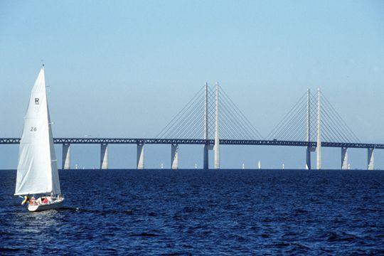 Pont à  haubans Oresund, long de 8 km, relie Malmo et Copenhague. De la Laponie aux îles de la mer Baltique, en passant par Stockholm, découvrez la Suède du Nord au Sud.