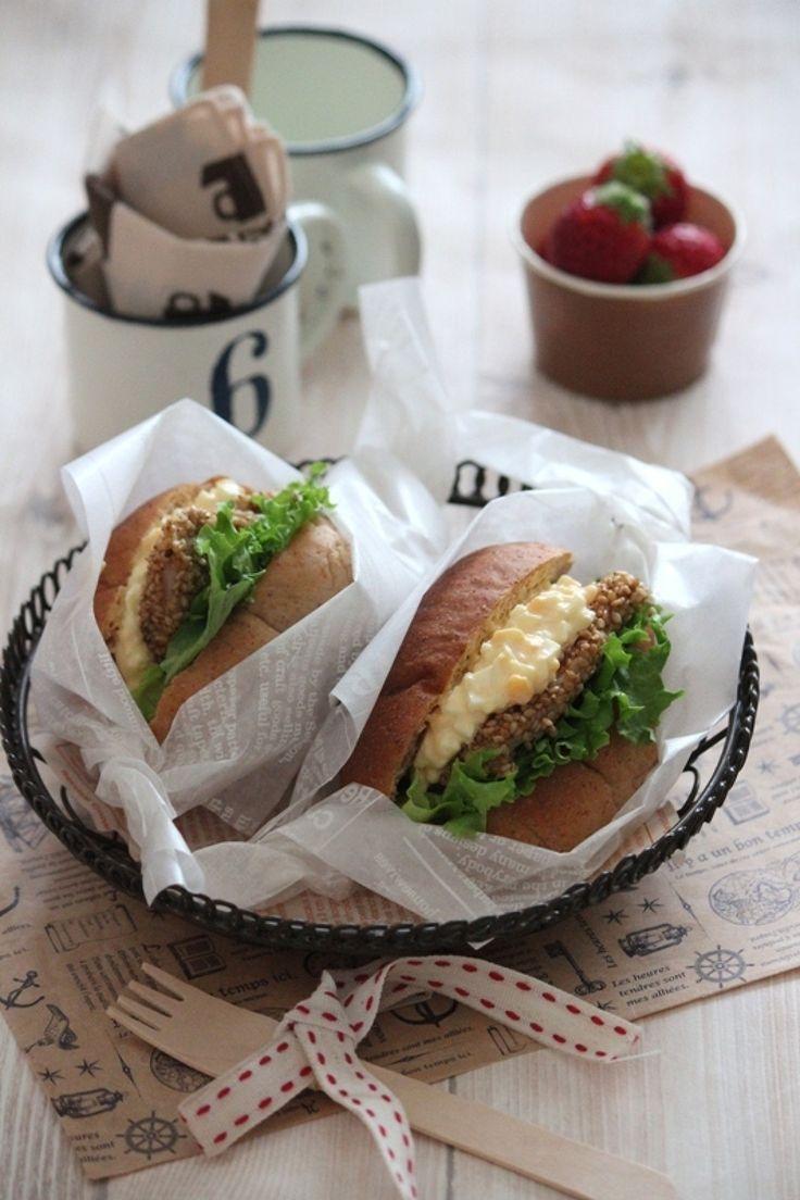 胡麻チキンと卵のロールパンサンド。 by 栁川かおり / たっぷりの香(かおり)いりごま白をまぶした香ばしいチキンとチーズ入りの卵サラダのサンドイッチ。お弁当にもピッタリ! / Nadia