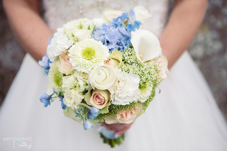 Lavendelblauw en wit in dit prachtige boeket. Trouwfoto Paviljoen Puur bruiloft #trouwboeket #bruidsboeket #huwelijk #bruidsbloemen #corsage