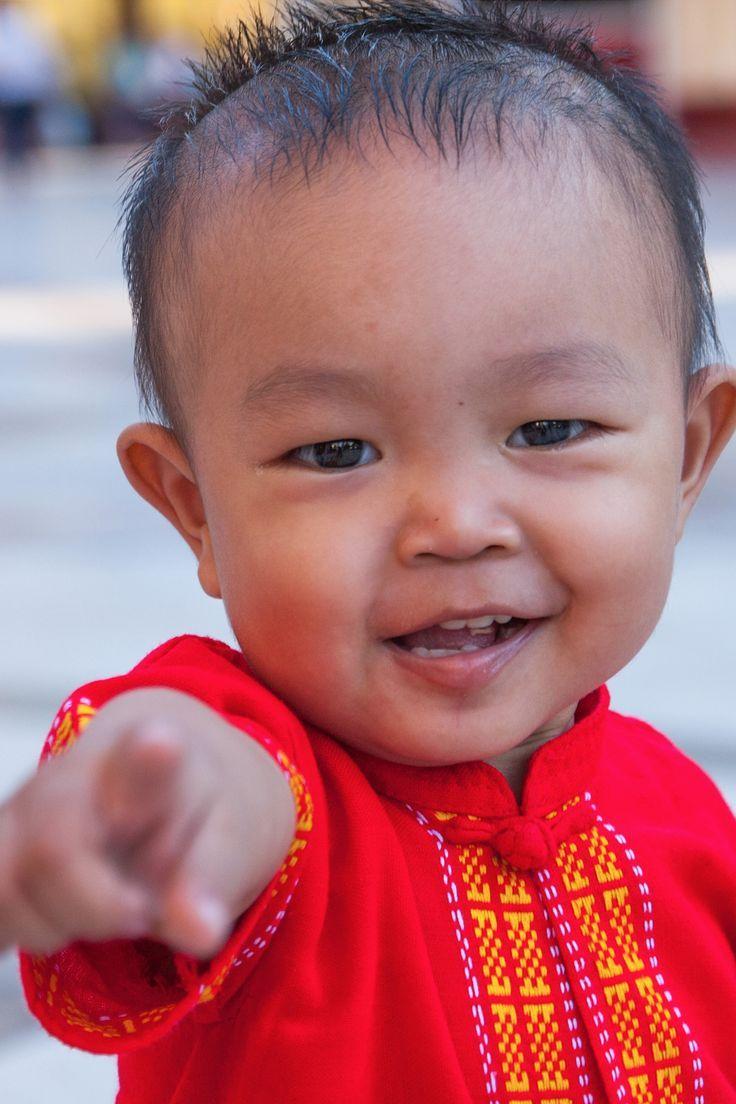 Une rencontre très particulière, dans un temple de Yangon. Cet enfant tournait autour de moi depuis une heure. On a appris à s'apprivoiser. Puis j'ai réussi à le prendre en photo pour immortaliser ce joli moment passé.