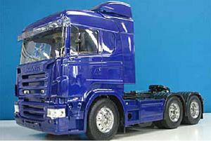 The Tamiya Scania R620 6X4 Highline Blue Edition is a wonderful piece of machinery in 1/14 scale and is the latest addition to the rc Tractor Truck lineup.    This massive tractor truck features 3-axle and is approximately 458mm long. Beautifully reproduced cabin tilts forward separately from the fenders, just like the actual truck.