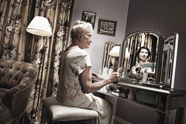 Guerrilha Nerd: Lindas fotos de pessoas idosas olhando para seus reflexos jovens no espelho [10 Fotos]