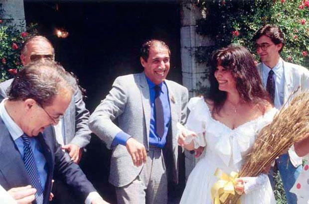 Адриано Челентано и Клаудиа Мори : 50 лет вместе. Они поженились 14 июля 1964 года. Свадьба сама по себе могла стать сценарием для комедии. Чтобы избавиться от назойливых папарацци, влюбленные обвенчались в 3 часа ночи. Свидетели засыпали на ходу. У жениха болела голова. Перед тем как войти в церковь, пара поссорилась — невесте не понравился галстук будущего мужа!