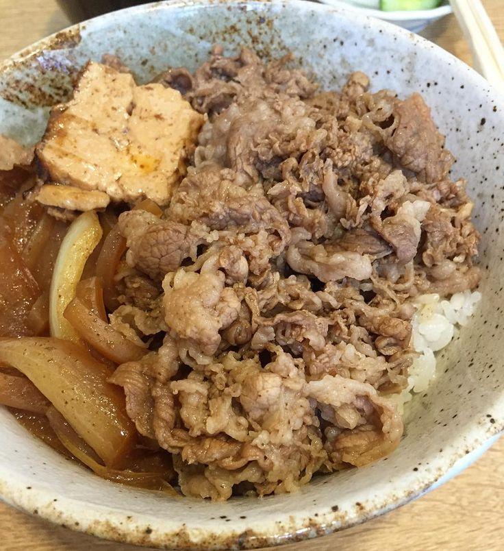 たまに立ち寄る銀座丁目の個人経営の牛めし店なんどき屋でランチ カウンター席の小さなお店おかみさんお一人で切り盛りされています 牛めしとお新香味噌汁が付くセットをいただきました円也 うまし しっかりと煮込まれた焼き豆腐糸こんにゃくたまねぎが入った牛めしですお肉の部分は注文の度に煮込まれる感じです お新香も美味しい心温まるお店ですよ by kon_ij