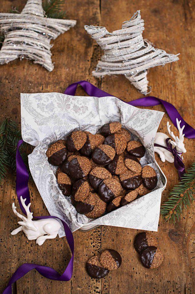 Weihnachtliche Schokoladen-Taler mit Rum - Weihnachtszeit ist Plätzchenzeit! Mandeln und Haselnüsse machen die Schoko-Taler ganz besonders knusprig. Ein Schuss Rum geben ihnen das gewisse Extra.